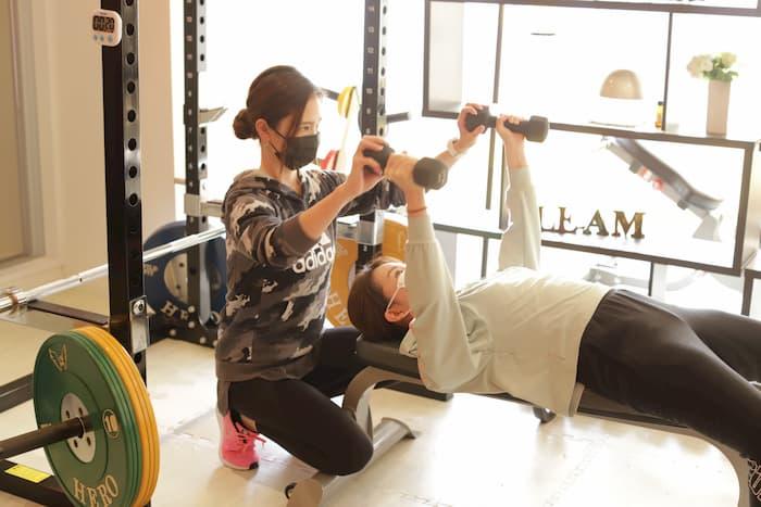 女性トレーナーによるトレーニング指導